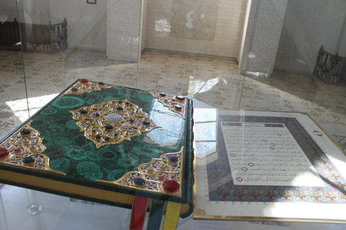 Самый большой в мире печатный Коран, отпечатан в Италии на специальной бумаге, весом в 500 кг., размеры 2 метра на 1,5 метра в закрытом виде.