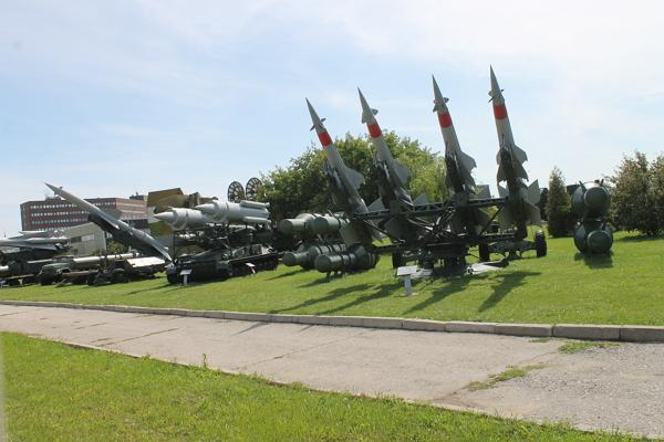 """Левее зенитно-ракетный комплекс 2К11 """"Круг"""" справа ЗРК С-125"""