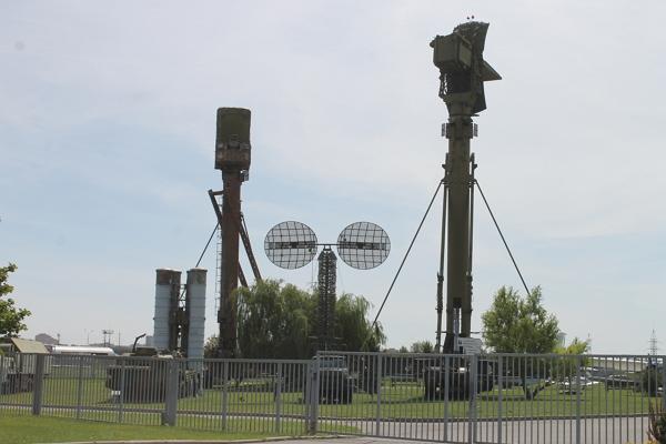 Элементы комплекса С-300. Справа низковысотный обнаружитель (НВО) 76Н6, слева - Радиолокатор подсвета наведения (РПН) 30Н6.