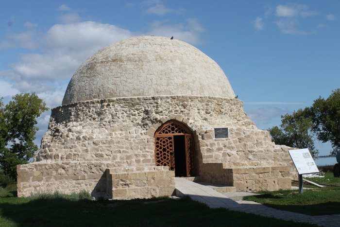 Северный мавзолей мавзолей-усыпальница, памятник XIV века расположен напротив главного входа Соборной мечети.