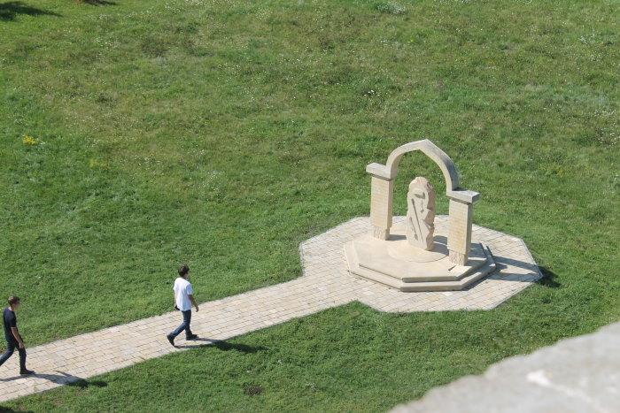 Мемориальный памятный знак, посвященный сахибам