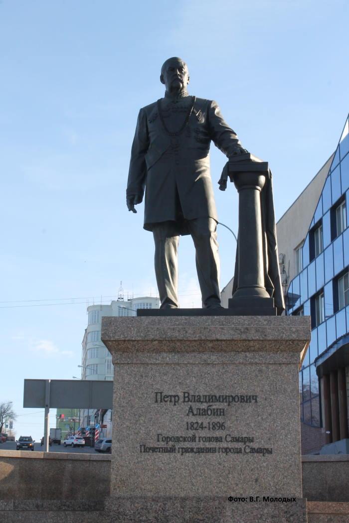 Памятник П. Алабину установлен на пересечении улиц Красноармейской и Максима Горького.