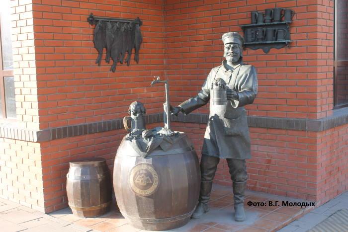 Памятник самарскому пивовару возле Жигулевского пивоваренного завода