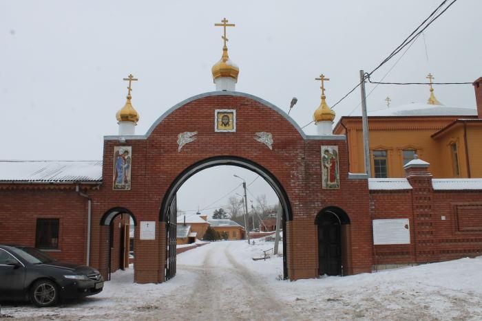 Главный вход в Свято-Воскресенский мужской монастырь в г. Тольятти