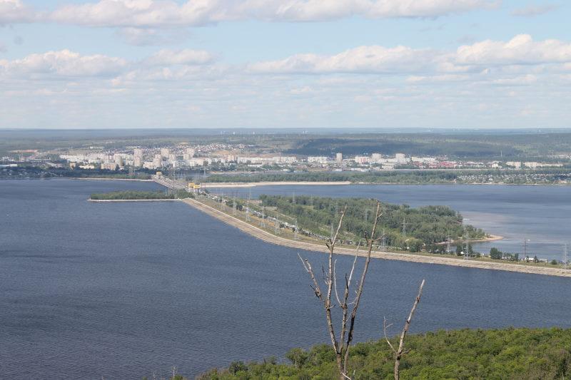 На переднем плане плотина Жигулевской ГЭС и далее Шлюзовой с Жигморем
