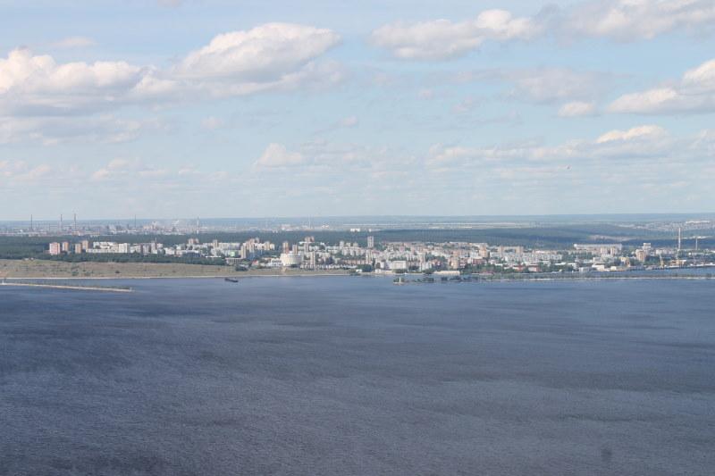 Комсомольский район г.Тольятти, а за ним с лева на дальнем плане видим промзону Центрального района