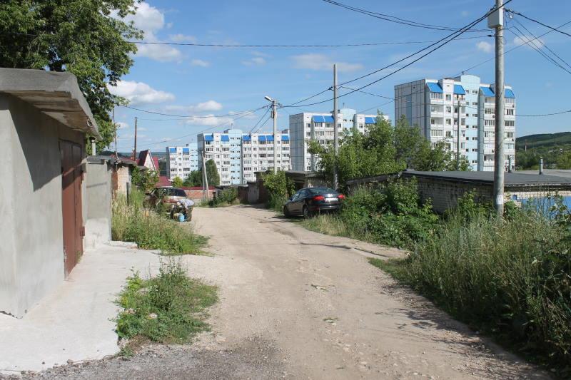 По этой гаражной улочке идем от многоэтажек к дому по ул. Лесная, 7