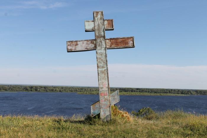 Над часовней А. Люпоау на вершине берегового склона установлен большой крест.