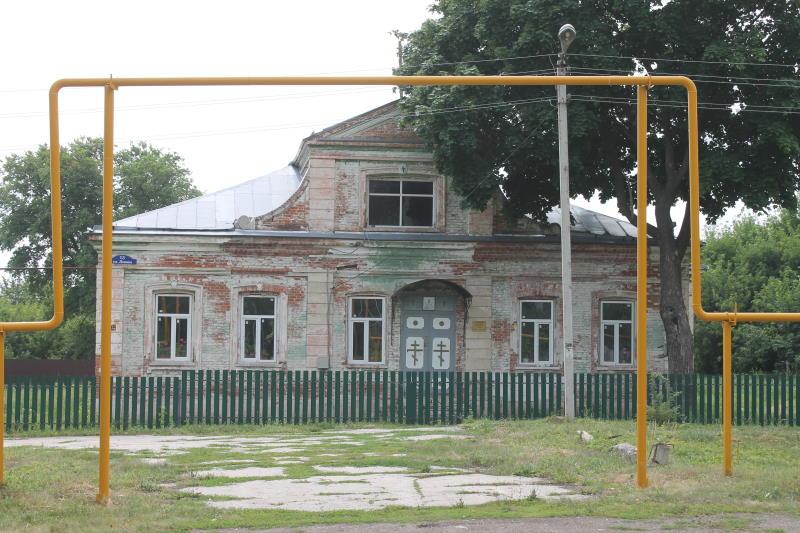 """Здание дореволюционной постройки, раньше здесь была больница, сейчас здесь находится воскресная школа """"Город золотой"""" Усолье"""