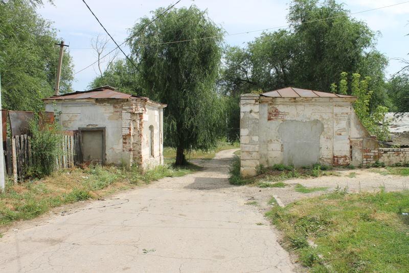 """Ещё один въезд в усадьбу графа Орлова-Давыдова. Каменные будки """"караулки"""" для охраны."""