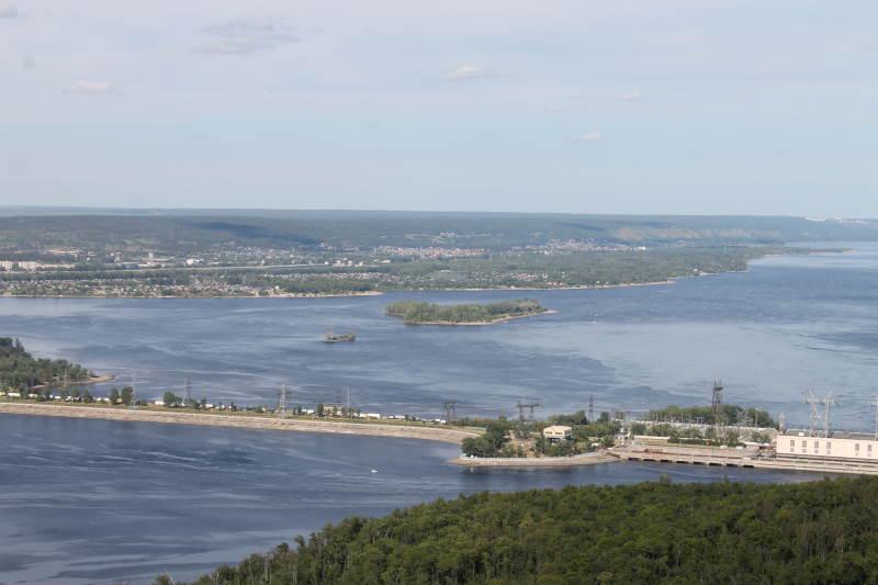 Вид с горы Отважной на плотину Жигулевской ГЭС, далее Телячий остров, полуостров Копылово, Федоровские луга.