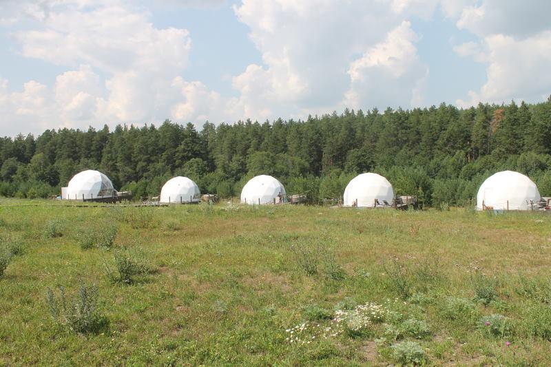 Глэмпинг расположен у деревни Смолькино