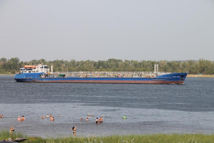 Корабли на глади реки Волга